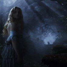 Mia Wasikowska in una sequenza notturna di Alice in Wonderland, diretto da Tim Burton