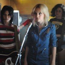 Una scena del film The Runaways con Joan Jett (Kristen Stewart), Cherie Currie (Dakota Fanning) e Robin (Alia Shawkat)