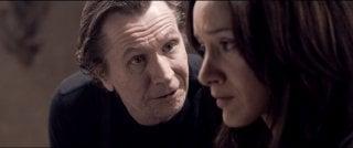 Gary Oldman e Mila Kunis in una scena del film Codice Genesi
