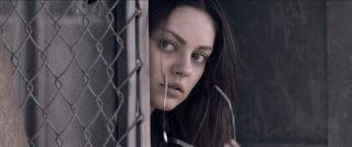 Primo piano di Mila Kunis dal film Codice Genesi