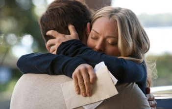 Amanda Seyfried abbraccia Channing Tatum in una tenera scena del film Dear John