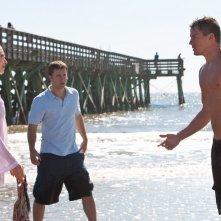 Amanda Seyfried (Savannah), Scott Porter (Randy) e Channing Tatum (John) in una scena del film Dear John