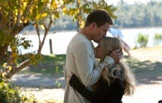 Channing Tatum (John) bacia Amanda Seyfried (Savannah) sulla fronte in una sequenza del film Dear John