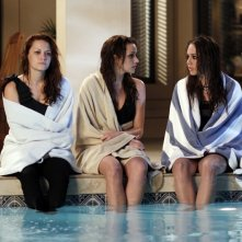 Haley (Bethany Joy Galeotti), Quinn (Shantel Vansanten) e Taylor (Lindsey McKeon) a bordo piscina nell'episodio Family Affair di One Tree Hill