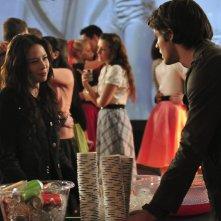 Anna (guest star Malese Jow) e Jeremy (Steven R. McQueen) al ballo della scuola in tema anni Cinquanta nell'episodio Unpleasantville di The Vampire Diaries