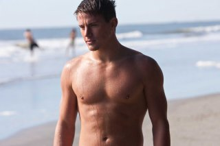 Channing Tatum in spiaggia in una sequenza del film Dear John