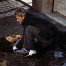 Christopher Connelly e Christian Fassetta in una scena drammatica del film tv La stagione delle pioggie.