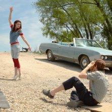 Gordy (Eddie Redmayne) fotografa Martine (Kristen Stewart) in una scena del film The Yellow Handkerchief