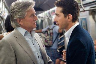 Michael Douglas (Gordon Gekko) e Shia LaBeouf (Jacob Moore) nella prima foto di scena di Wall Street 2: Money Never Sleeps