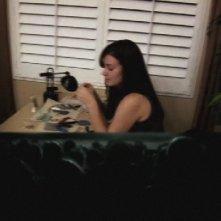 Primo piano di Katie Featherston in una scena del film Paranormal Activity