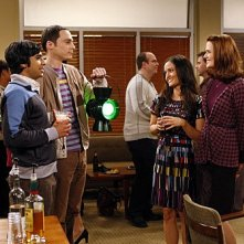 The Big Bang Theory: Kunal Nayyar, Danica McKellar, Jim Parsons e Jen Drohan nell'episodio The Psychic Vortex