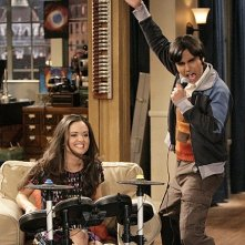 The Big Bang Theory: Kunal Nayyar e Danica McKellar in una scena dell'episodio The Psychic Vortex