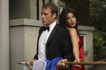 Human Target: Mark Valley ed Emmanuelle Vaugier nell'episodio Embassy Row