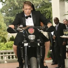 Human Target: Mark Valley in una scena dell'episodio Embassy Row