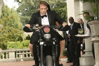 Human Target: Mark Valley in una scena dell'episodio Embassy Row