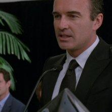 Nip/Tuck: Dylan Walsh (sullo sfondo) e Julian McMahon in una scena dell'episodio Dan Daly