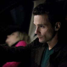 Chris J. Johnson (Logan Fell) trasporta Candice Accola (Caroline) in auto nell'episodio The Turning Points di The Vampire Diaries