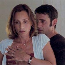 Kristin Scott Thomas e Sergi López in una scena de L'amante inglese