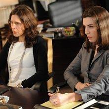 The Good Wife: Julianna Margulies e Jessica Hecht in una scena dell'episodio Infamy
