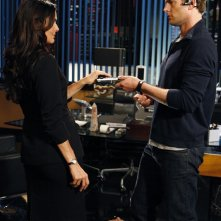 Sydney Price (guest-star Angie Harmon) e Capitan Fenomeno (Ryan McPartline) in una scena dell'episodio Chuck Vs. Operation Awesome
