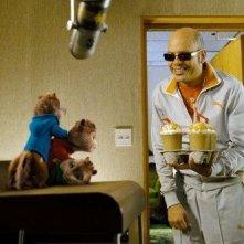 I Chipmunk insieme a David Cross in una scena del film Alvin Superstar 2