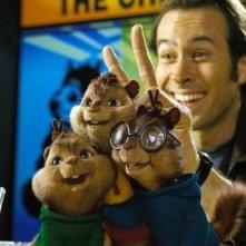 Jason Lee con i piccoli Chipmunk in una scena di Alvin Superstar 2