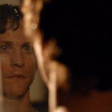 Il riflesso di Jonathan Tucker in una scena del film Veronika Decides to Die