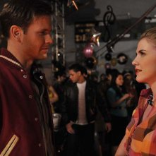 Matthew Davis e Sara Canning, vestiti anni '50, sul set dell'episodio Unpleasantville di The Vampire Diaries