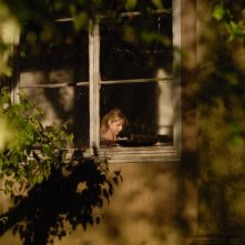Veronika (Sarah Michelle Gellar) attraverso una finestra dell'Istituto in cui è ricoverata nel film Veronika Decides to Die