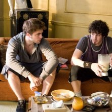 Gli amici Tyler (Robert Pattinson) e Aidan (Tate Ellington) nel film Remember Me