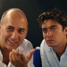 Il regista Ferzan Ozpetek e Riccardo Scamarcio sul set di Mine vaganti