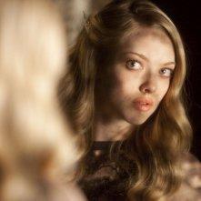 L'immagine di Chloe (Amanda Seyfried) riflessa nell specchio nel film Chloe