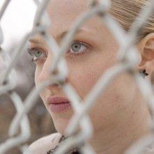 La protagonista Chloe (Amanda Seyfried) dietro una rete nel film Chloe