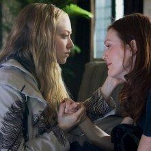 Le protagoniste: Amanda Seyfried e Julianne Moore nel film Chloe