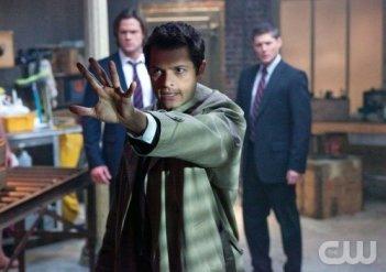 Supernatural: Jared Padalecki e Jensen Ackles (sullo sfondo) con Misha Collins nell'episodio My Bloody Valentine