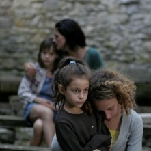 Chiara Caselli, Alice Gautier, Manelle Driss e Alice de Lencquesaing in una scena del film Le père de mes enfants (2009)