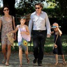 Chiara Caselli e Louis-Do de Lencquesaing con le piccole Alice Gautier e Manelle Driss in una scena del film Le père de mes enfants (2009)