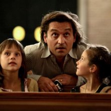 Louis-Do de Lencquesaing tra Alice Gautier e Manelle Driss in una scena del film Le père de mes enfants (2009)