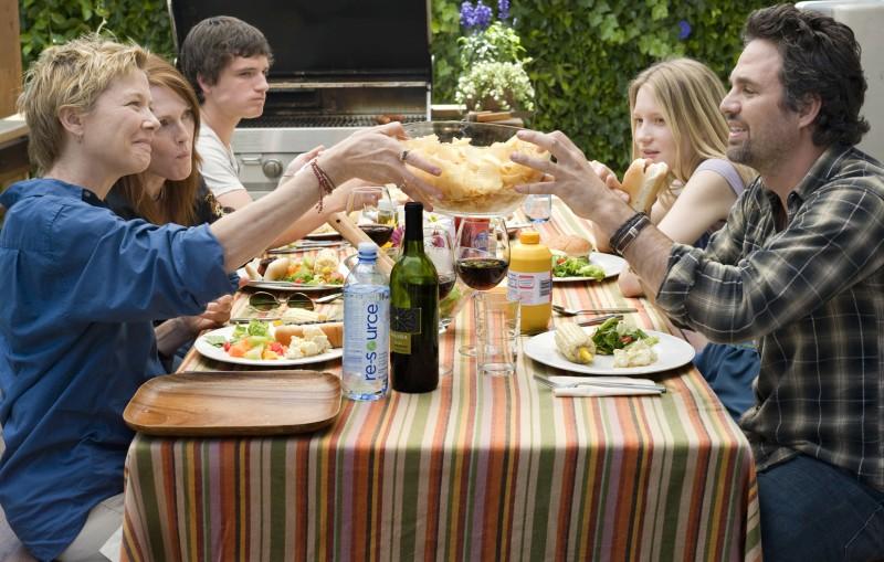Annette Bening, Julianne Moore, Josh Hutcherson, Mia Wasikowska e Mark Ruffalo nel film The Kids Are All Right