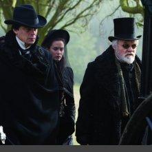 Benicio Del Toro, Anthony Hopkins ed Emily Blunt in una scena del film Wolf Man