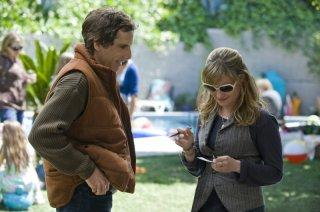 Jennifer Jason Leigh e Ben Stiller in una scena di Greenberg