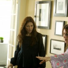 La regista Nicole Holofcener con Catherine Keener sul set del film Please Give