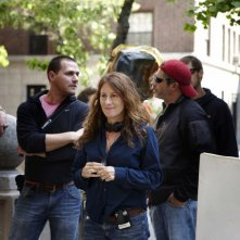 La regista Nicole Holofcener sul set del film Please Give