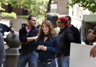 La regista Nicole Holofcener sul set del film Please Give