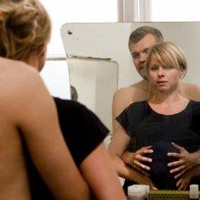 Lene Maria Christensen e Johan Philip Asbæk in una scena del film danese En Familie