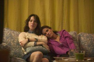 Rebecca Hall ed Amanda Peet nel film Please Give