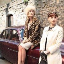 Rosamund Pike e Carey Mulligan in una sequenza del film An Education