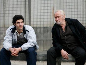 Tahar Rahim e Niels Arestrup in una scena del film Il profeta (2009)