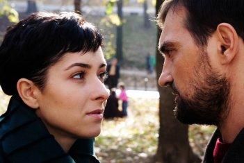 Zrinka Cvitesic e Leon Lucev nel film On the Path
