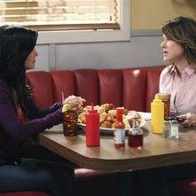 Cougar Town: Courteney Cox e Christa Miller in una scena dell'episodio Stop Dragging My Heart Around